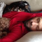 Angelo dorme con i cani